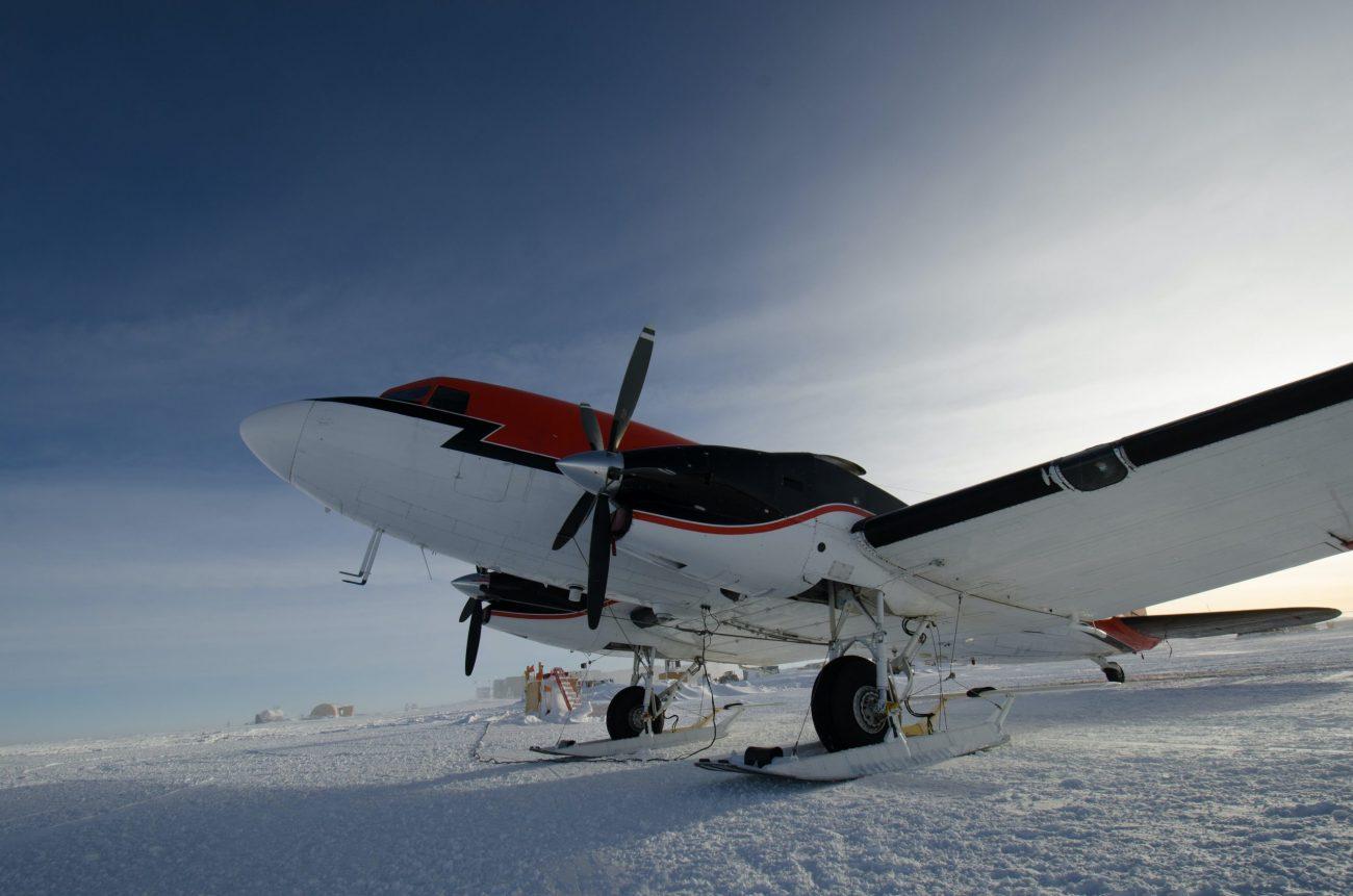 Plane Antartica South Pole-unsplash